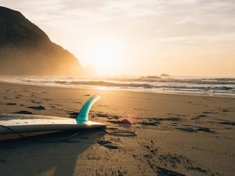 prancha de surf na praia