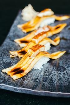 Sushi de peixe de enguia grelhado com foie gras no topo
