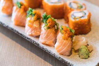 Sushi de salmão e maki de salmão
