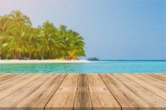 Tabela vazia da placa de madeira na frente do fundo azul do mar & do céu. Perspective piso de madeira sobre o mar e céu - pode ser usado para exibição ou montagem seus produtos. Praia e conceitos de verão.