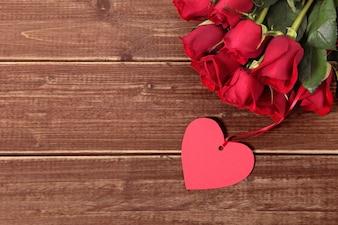 Tag do presente do Valentim e rosas na placa de madeira