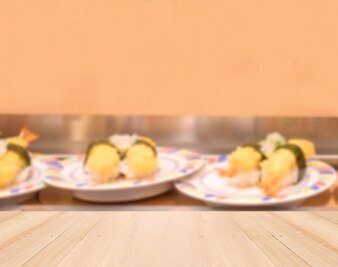 Tampo da mesa de madeira com camarão borrada tempura sushi fundo