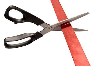 Tesouras que cortam a fita vermelha