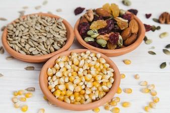 Tigelas com sementes e nozes