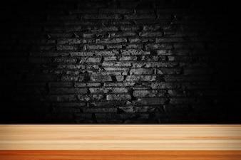 Tijolo abstrato grunge preto e deck de mesa de madeira.