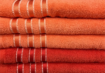 Toalhas de laranja macias empilhadas com listras