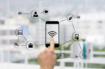 Tocante do dedo de um telefone com wi-fi