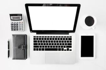 Top view business office desk com cópia espaço heroes cabeçalho imagem no fundo branco