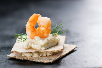 Topo de camarão com queijo por baixo