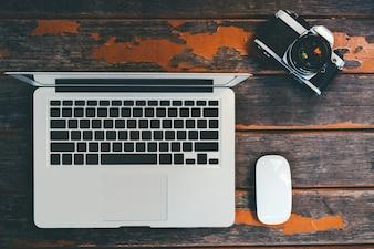 Topo, vista, trabalhando, tabela, laptop, câmera, madeira, fundo