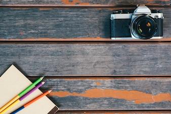 Topo, vista, vindima, câmera, caderno, cor, lápis