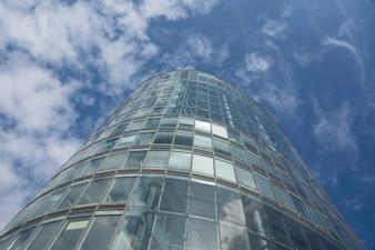 Torre de escritórios e céu nublado