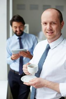 Trabalhador beber café antes da reunião