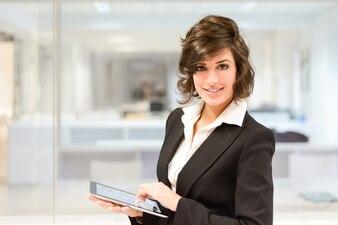 Trabalhador de sorriso com o tablet no escritório