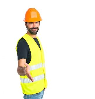 Trabalhador fazendo um acordo sobre fundo branco isolado