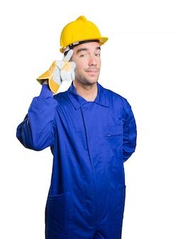Trabalhador feliz com gesto de concentração no fundo branco