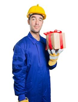 Trabalhador feliz segurando um presente no fundo branco