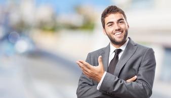 Trabalhador gesticulando com a mão esquerda