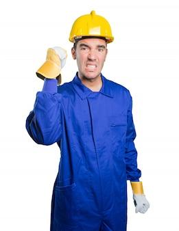 Trabalhador irritado no fundo branco