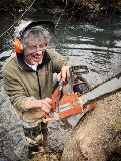 trabalhador lenhador com serra elétrica