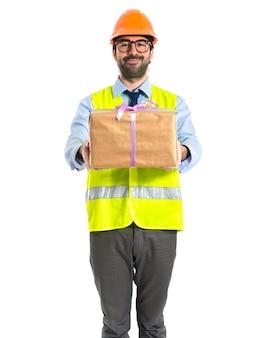 Trabalhador, segurando, presente