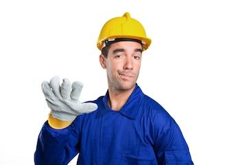 Trabalhador sério com manter o gesto calmo no fundo branco