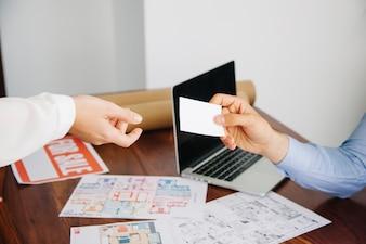 Trabalhadores imobiliários com cartão de visita