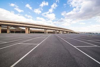 Tráfego de veículos quadrado contraste estacionamento