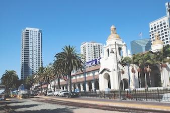 Train chega à Union Station em San Diego, EUA. A estação espanhola de estilo de revival colonial como depósito de santa fe