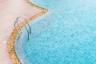 Escada de uma piscina download cones gratuitos for Piscina metalica