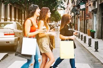 Três amigos cruzando a rua
