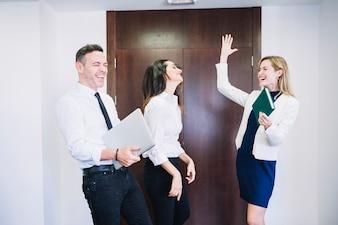 Três pessoas de negócios comemorando