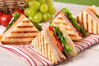 Triângulos sanduíches com queijo e presunto