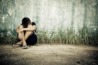 Tristeza jovem desespero pensativo
