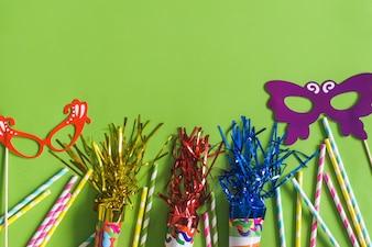 Trombetas com serpentina, colorido paus e máscaras coloridas