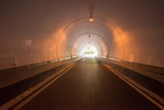 Túnel rodoviário, iluminado pela noite