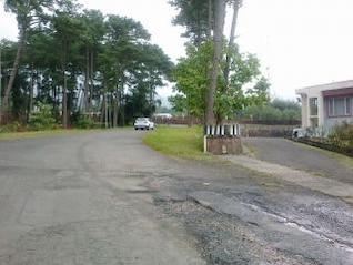 um carro em uma estrada solitária