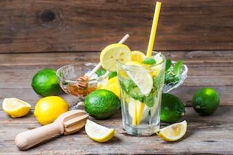 Um copo de limonada caseira Mint
