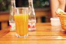 Um copo de suco de laranja