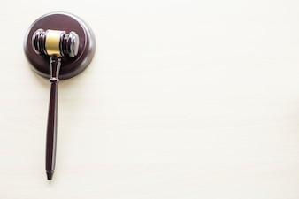 Um martelo em uma mesa de madeira marrom, direito, advogado e conceito de justiça