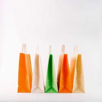 Um monte de sacos de papel coloridos
