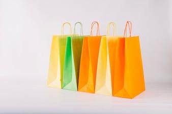 Um monte de sacos de papel em pé na fila