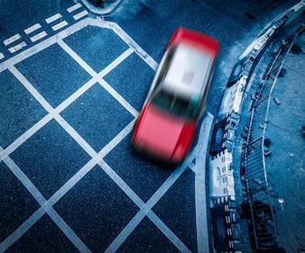 Um táxi, estrada asfaltada, Hong Kong