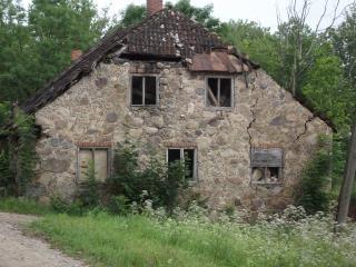 um velho celeiro ruínas
