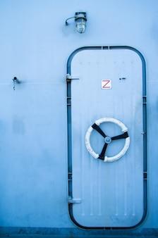 Uma porta de ferro azul em um navio