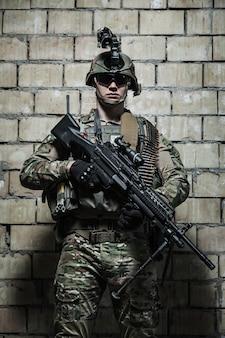US Ranger do exército com metralhadora