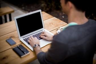 Usando o laptop na mesa do escritório