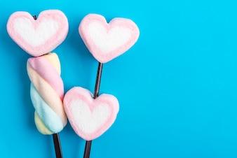 Valentines, doces, corações, azul, fundo
