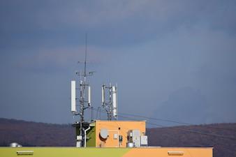 Várias antenas no telhado.