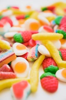 Variedade colorida de doces com efeito desfocado